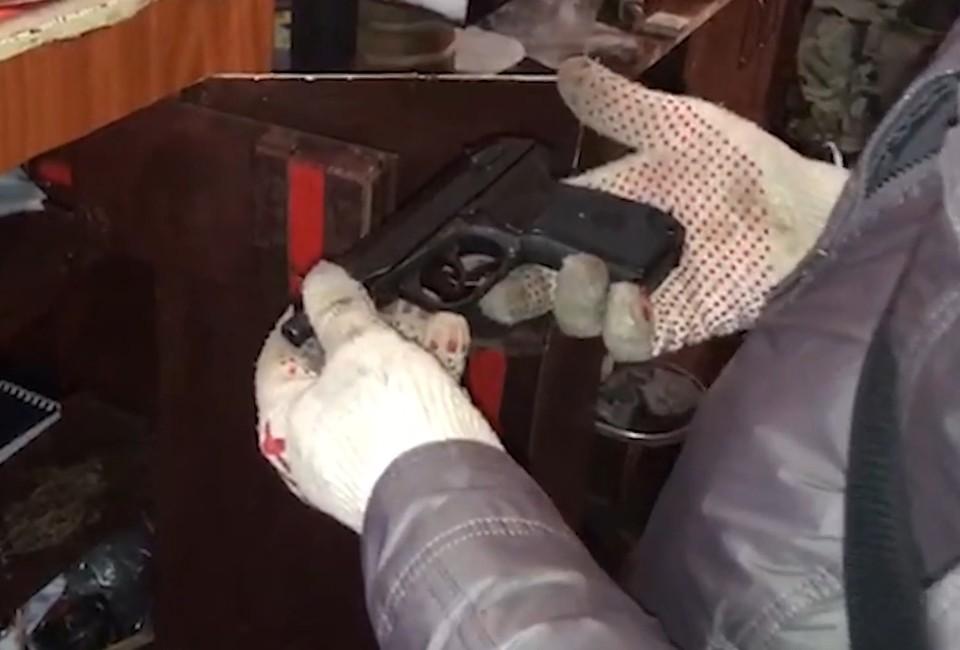 Незаконный арсенал изъят. Фото: 92.мвд.рф