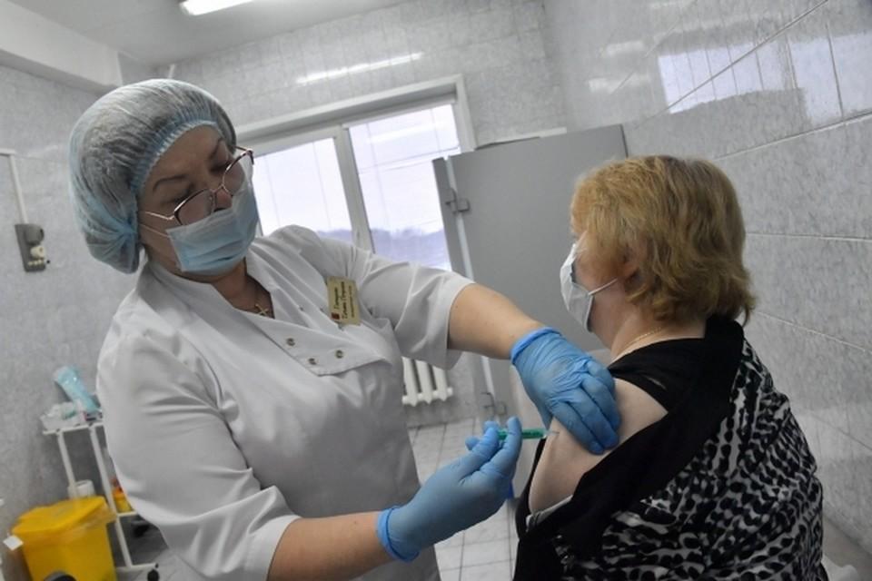 Прививки против ковида ставят сотрудники поликлиники РЖД