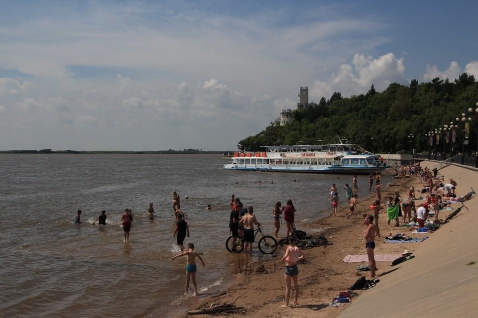 Жители Хабаровска, как ни в чем не бывало, приходят на пляжи отдыхать целыми семьями.
