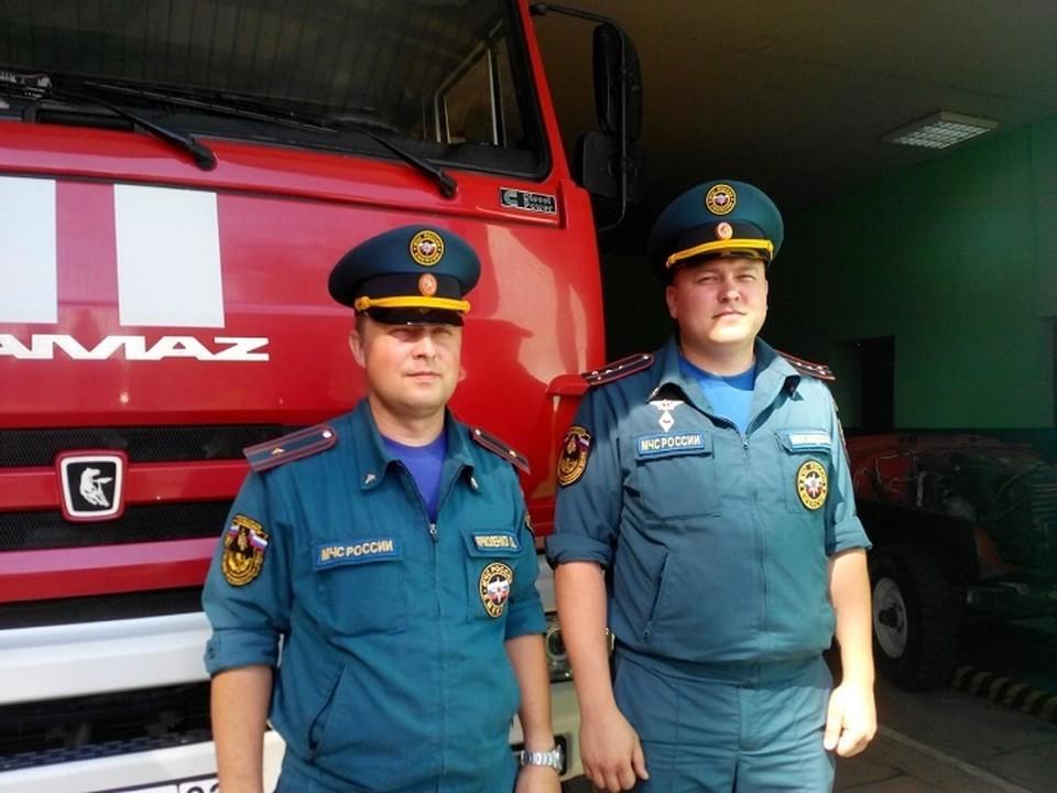 Сотрудники МЧС России Павел Ярмоленко и Илья Миловидов во время потопа в Керчи помогли многим.