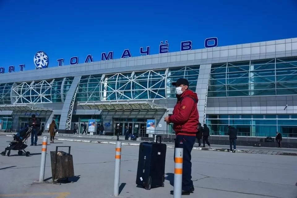 В Толмачево мужчину сняли с рейса за отказ надеть маску.