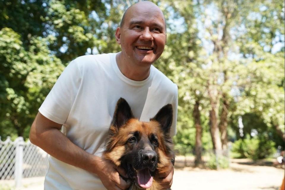 Олег Леонов считает, что в Москве необходимо принять единые нормативы по проектированию площадок для выгула собак. Фото: Александр ИВАНОВ.