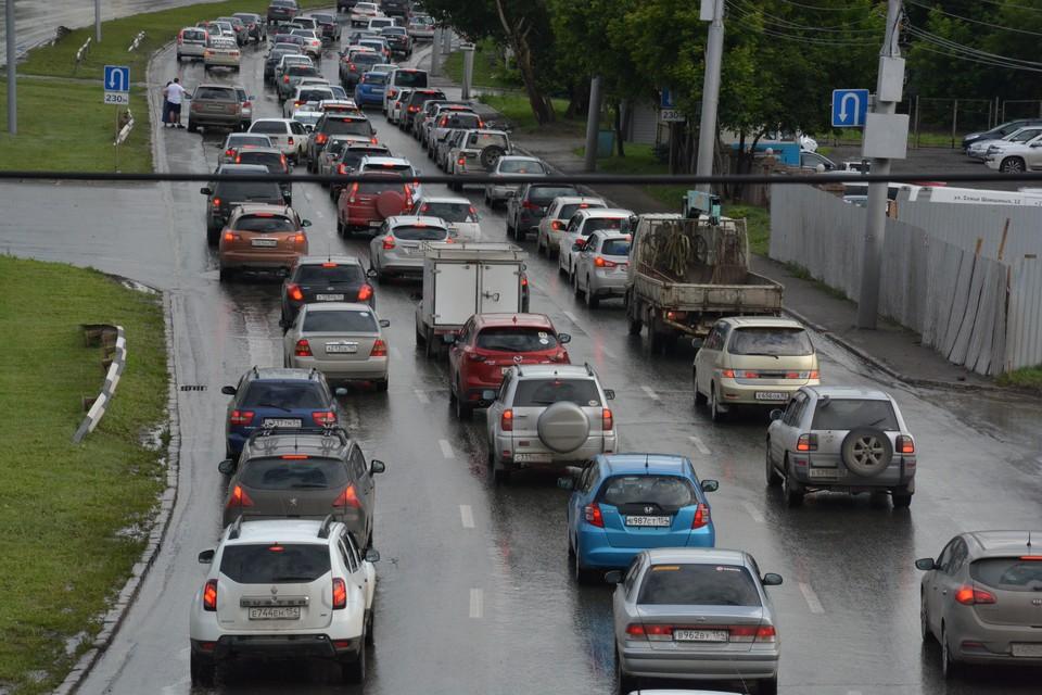 Пробки на дорогах достигли 4 баллов.
