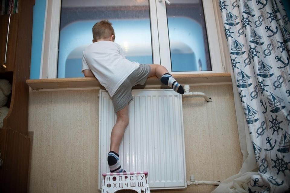 У маленьких детей не должно быть доступа к окну