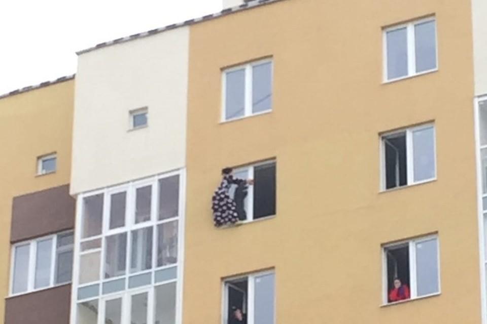 """Фото: паблик """"ЧС Тюмень"""". Девушка простояла на карнизе около часа."""
