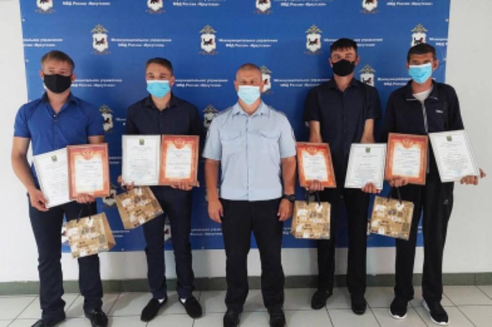 Охотников, которые нашли бродившего 4 дня по тайге 15 летнего подростка, наградили в Иркутске