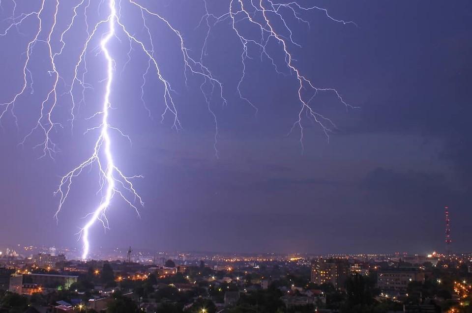 Молнии – одно из самых опасных и загадочных природных явлений. Фото: Черный список Симферополь / Вконтакте