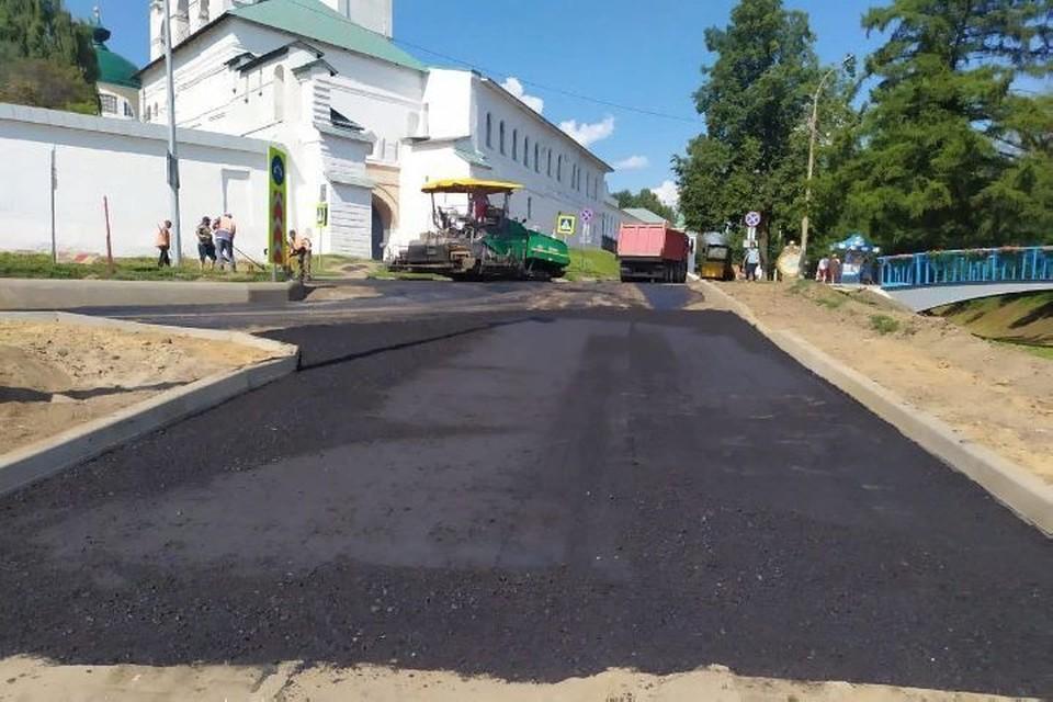 """Подрядчики давно работают на набережной, но укладывают асфальт только сейчас. Фото: группа ВКонтакте """"Ярославль Live"""""""