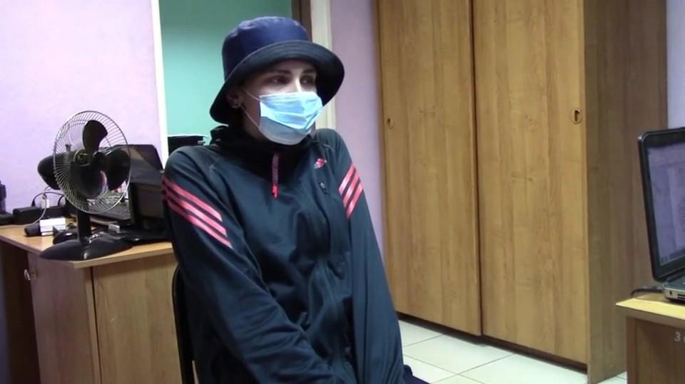 Вандалка сообщила: переживает, что запись с ее «подвигом» видели друзья и мама. Фото: скриншот видео (УМВД России по Омской области)