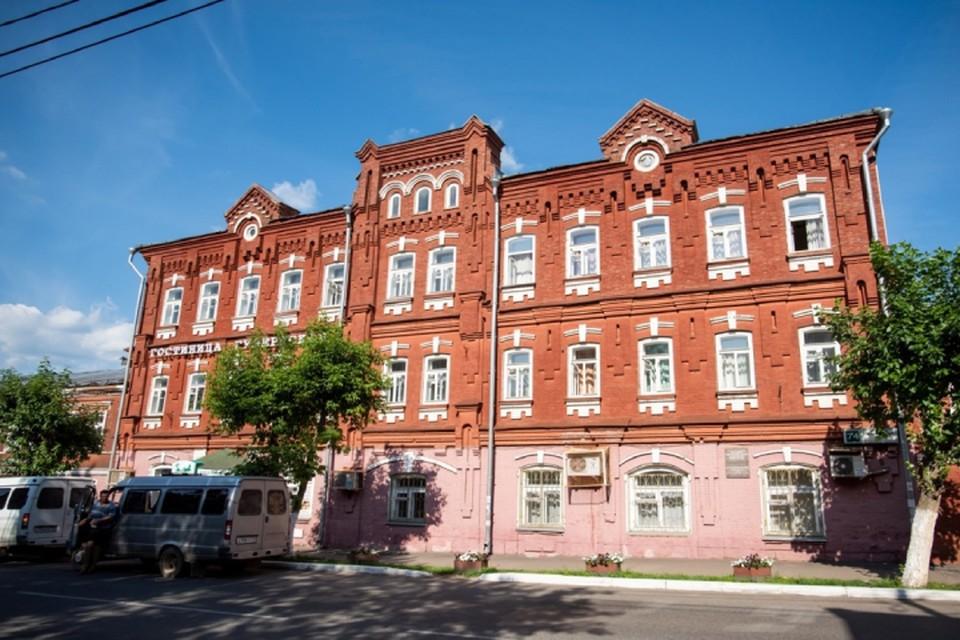 Здание, ныне служащее гостиницей, было построено в 1818 году, а спустя сто лет передано муниципалитету. Фото: i.rts-tender.ru