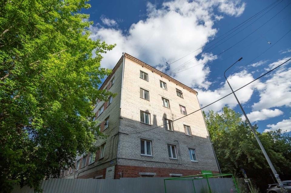 В Тюмени жителям аварийного дома на Жуковского объяснили, как их расселят.