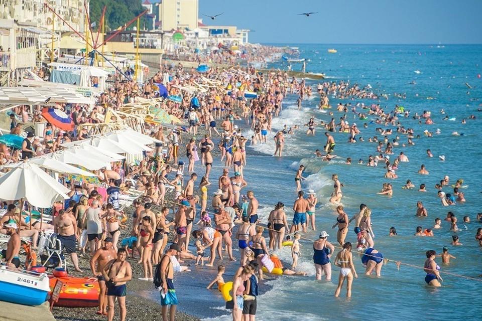 Пляжи Сочи и его окрестностей полны отдыхающими