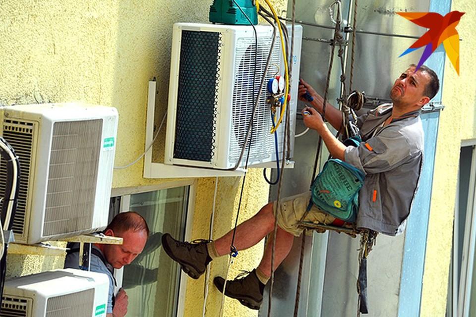 Из-за жары минчане скупают вентиляторы, а на установку кондиционеров очереди растянулись до осени.