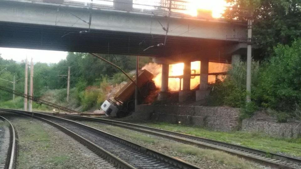 Упавший грузовик спровоцировал пожар на газопроводе