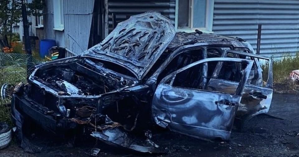 В Ханты-Мансийске из-за горящего авто чуть не загорелся жилой дом Фото: Официальная страница Администрации Ханты-Мансийска в соцсети