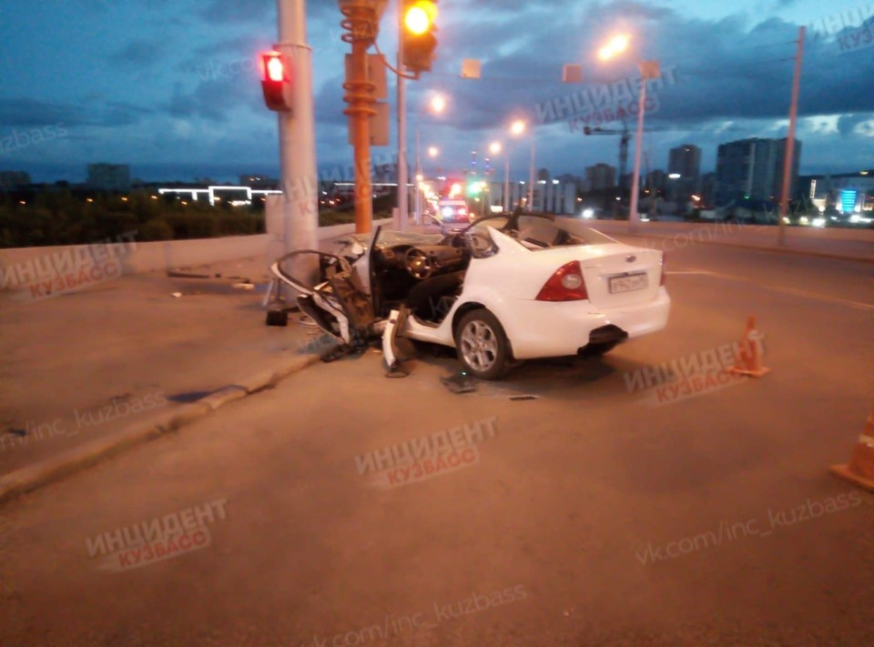 В Кемерове автомобиль протаранил опору освещения. Фото: ВКонтакте/inc_kuzbass.