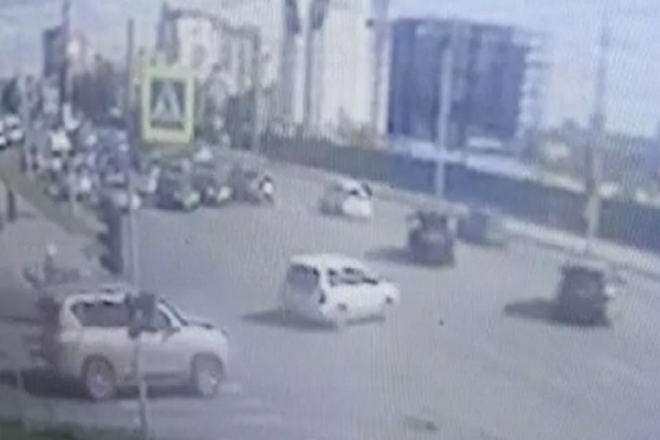 В Новосибирске мотоциклист сбил мужчину и скрылся с места аварии. Фото: стоп-кадр.