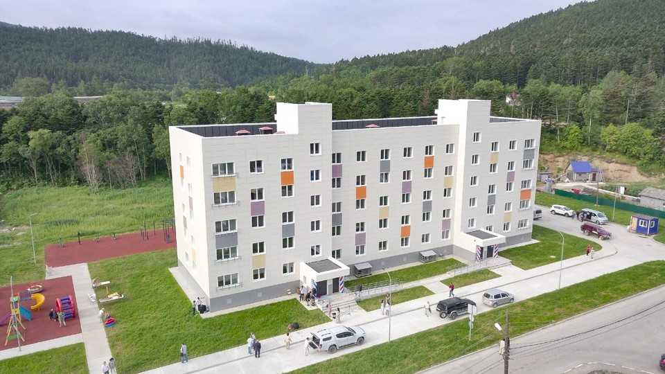 Новый дом был построен на улице Центральной в рамках областной программы переселения из аварийного жилья