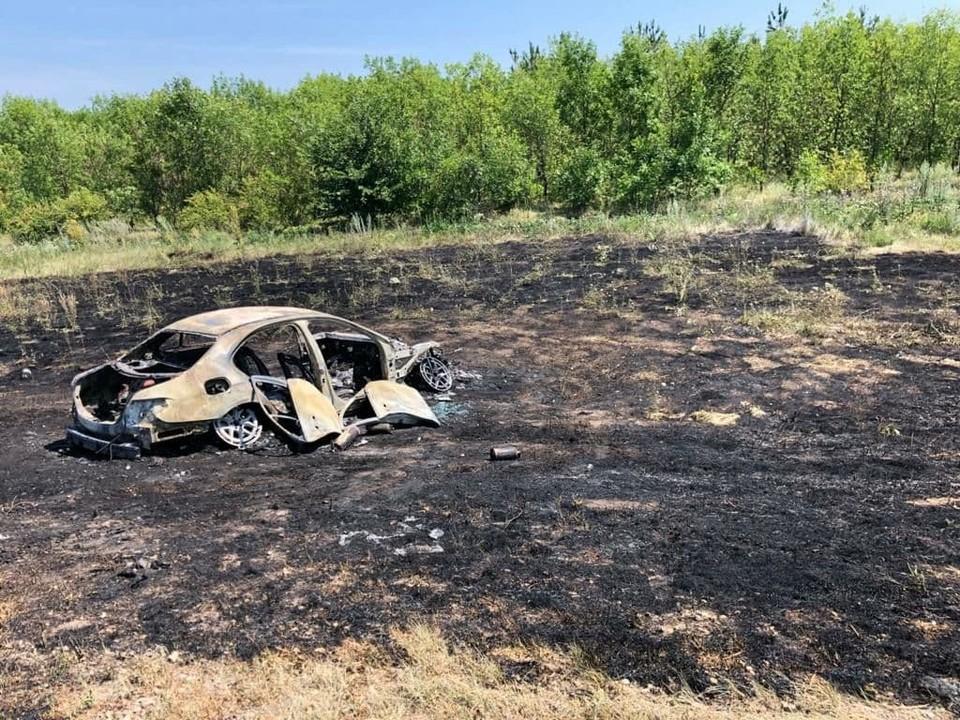 Иномарка, после двух столкновений с грузовиками, сгорела в кювете