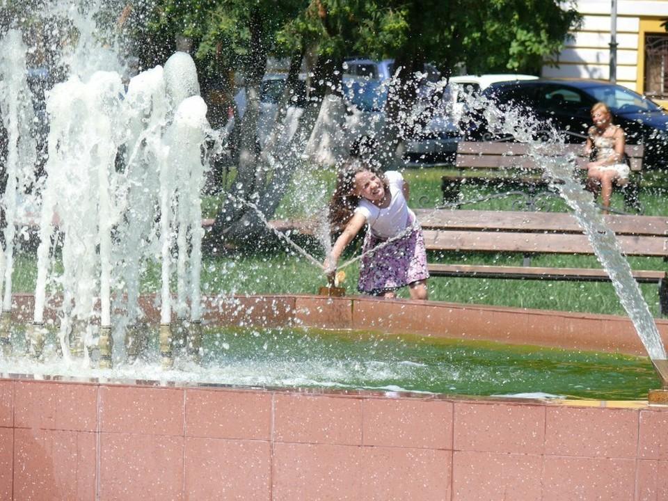 В такую жару горожане устремились к водоемам. Или фонтанам.