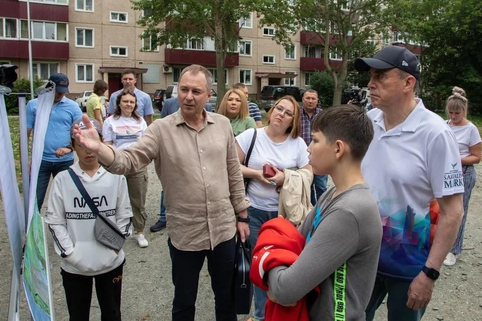 Валерий Лимаренко вновь посетил двор на улице Тихоокеанской областного центра, на который ранее ему в соцсетях пожаловался 14-летний Денис Герасименко
