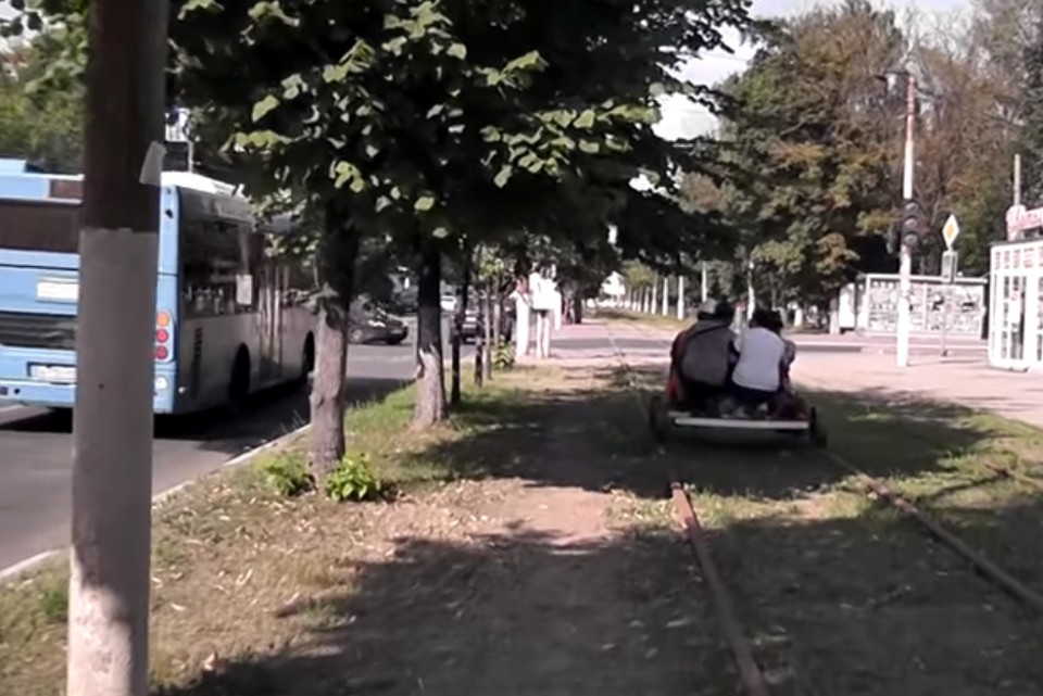 По трамвайным рельсам с ветерком. Фото: Youtube/«Широко Шагая»/скриншот