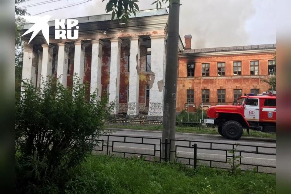 В Ачинске загорелось здание бывшего Механико-технологического техникума