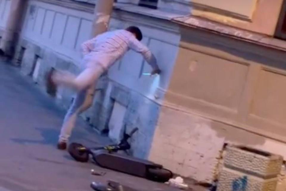 Мужчина напал на электросамокаты, припаркованные в центре Петербурга