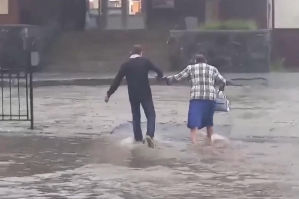 Улицы города превратились в реки. Фото: скрин видео