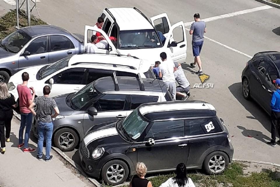 "Мужчину, которому стало плохо за рулем, увезла «скорая помощь». Фото: ""АСТ-54""."