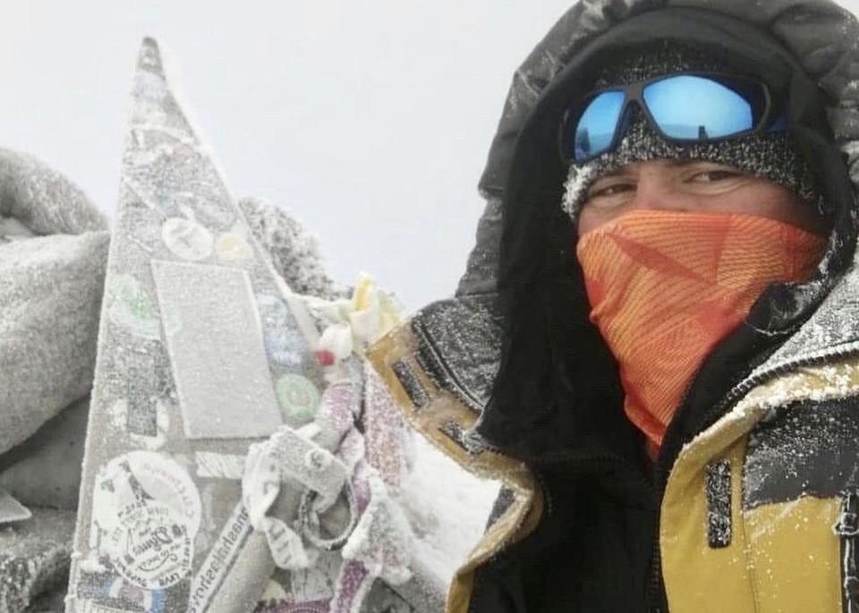 Житель Новокузнецка покорил Эльбрус и установил флаг с символикой города на вершине. Фото:nstagram/skuznetsov_nk.