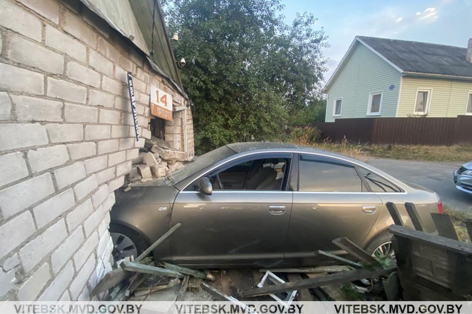 В Витебске автомобиль врезался в жилой дом - уходил от погони ГАИ. Фото: ГАИ.
