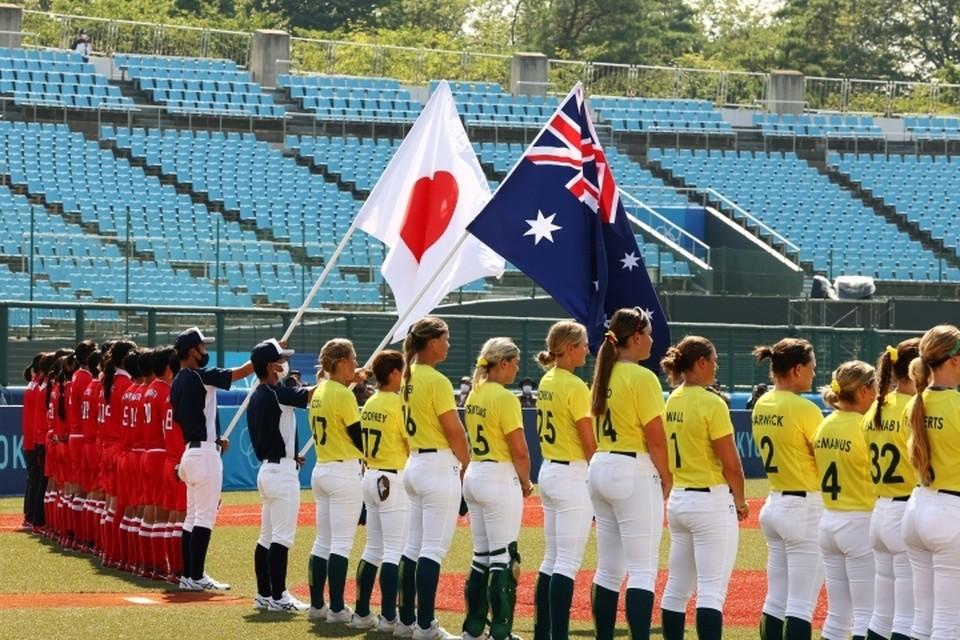 Женские сборные Австралии и Японии по софтболу начали матч на стадионе в Фукусиме