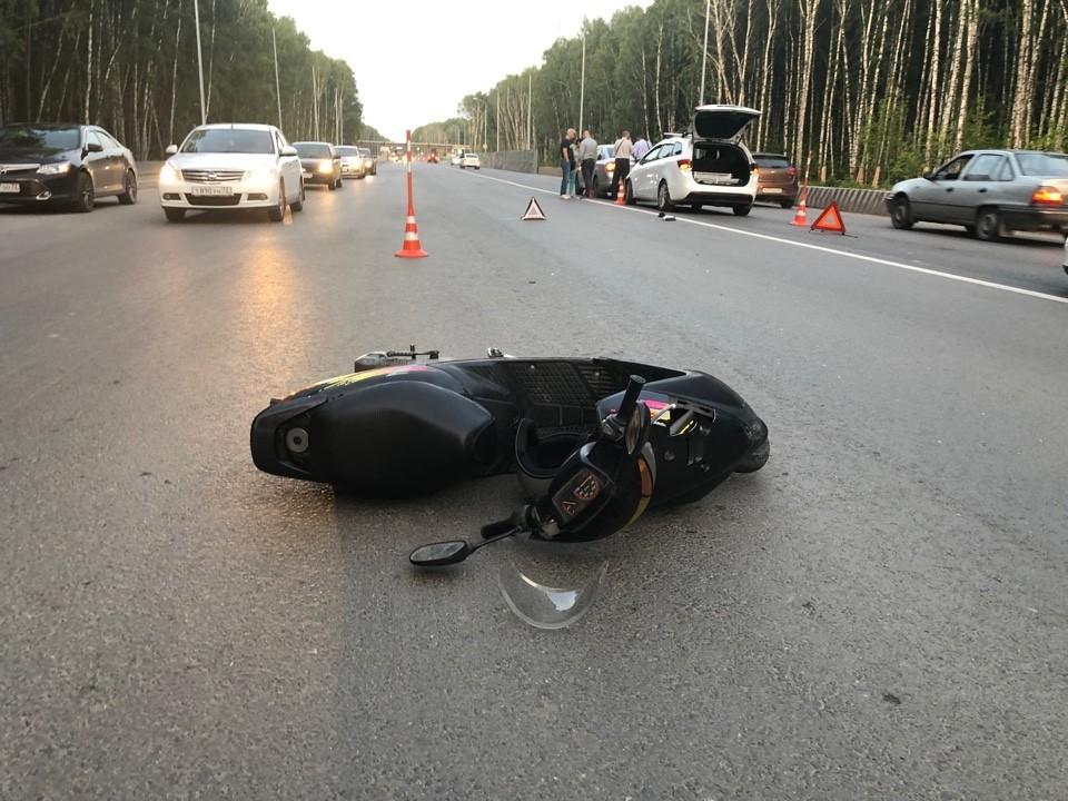 На улице Дружбы в Тюмени подросток на скутере разбил две машины.