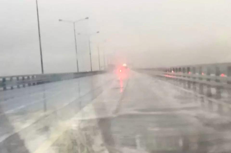 Петербуржцам объяснили причину появления белой пены после дождя на КАД