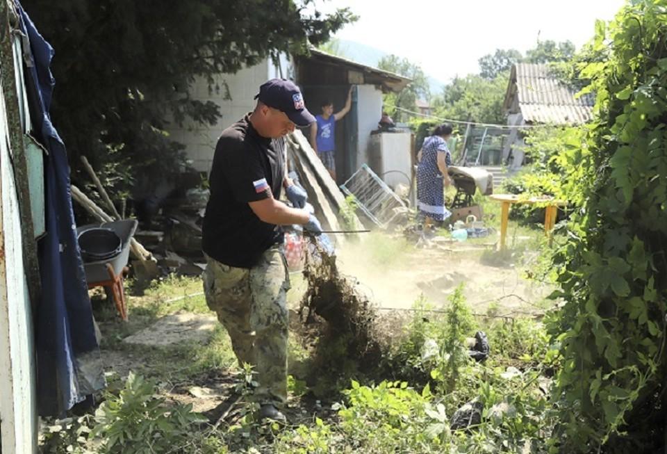 Волонтеры приехали помочь справиться с последствиями стихии