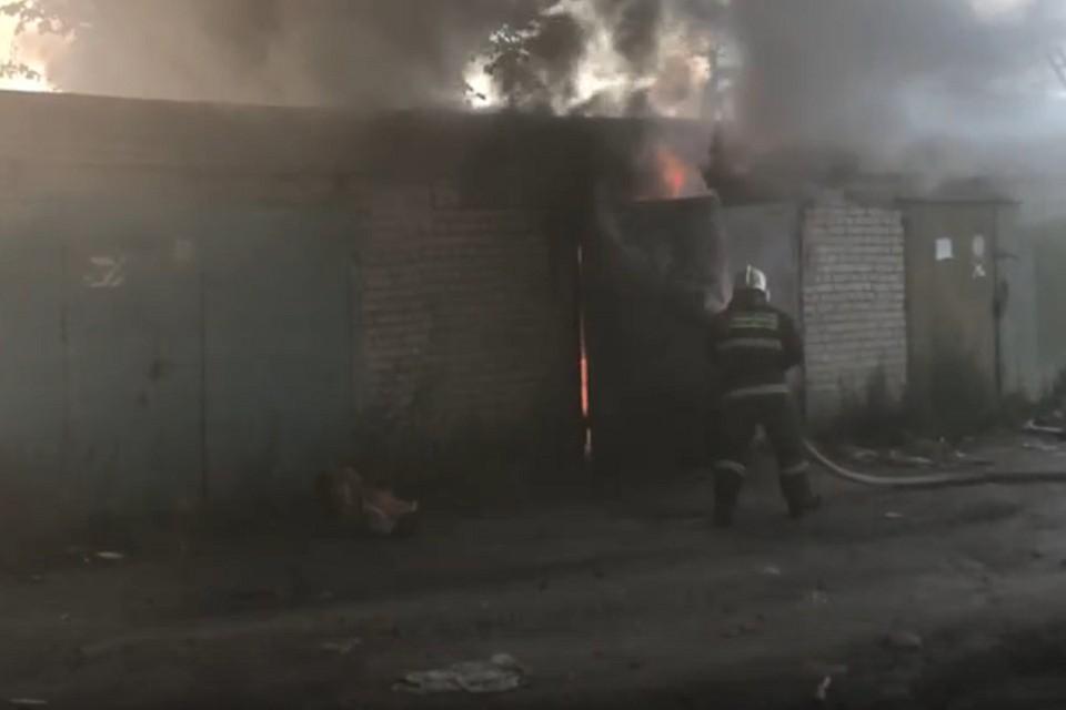В Янино горят гаражи. Фото: vk.com/yaninoo