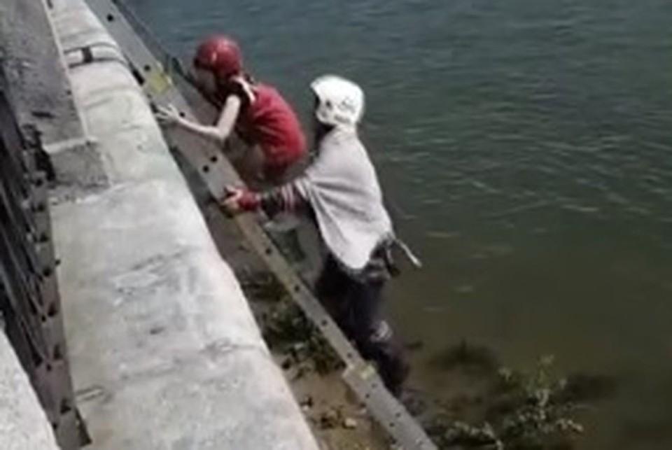 Девочку отнесло течением от лестницы набережной. Фото: стоп-кадр