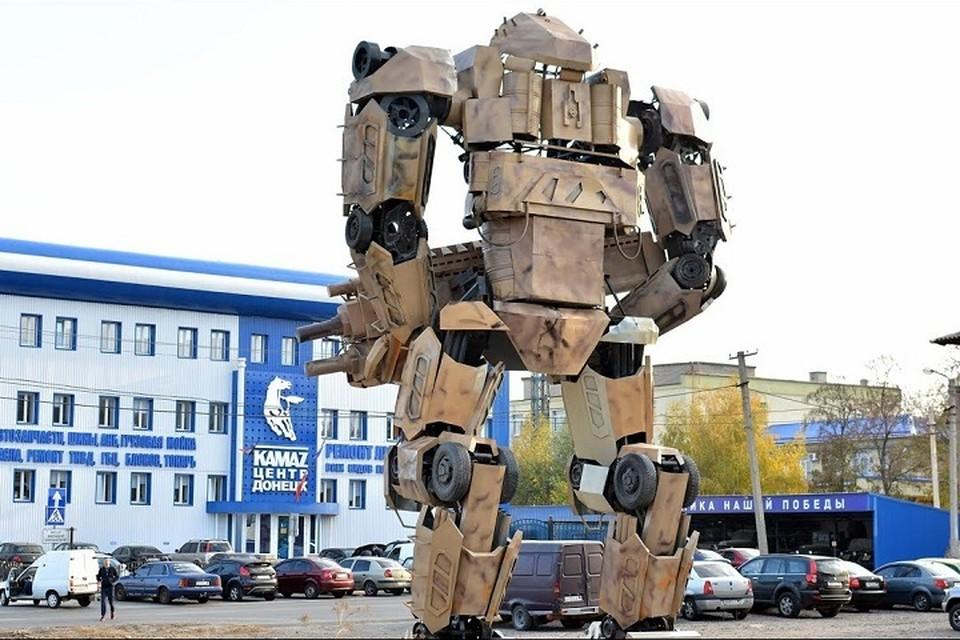 Возле гигантских роботов в Донецке появится парковая зона. Фото: скриншот видео youtube.com / КАМАЗ Донецк