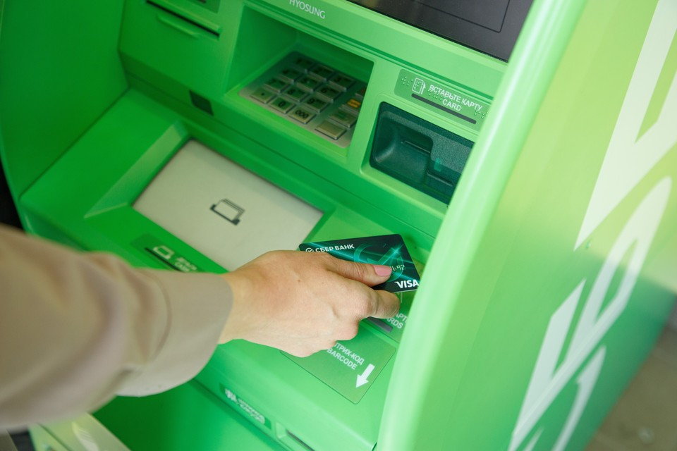 155 банкоматов Сбера в Тюменской области принимают пластиковые карты на утилизацию. Фото - Сбер.