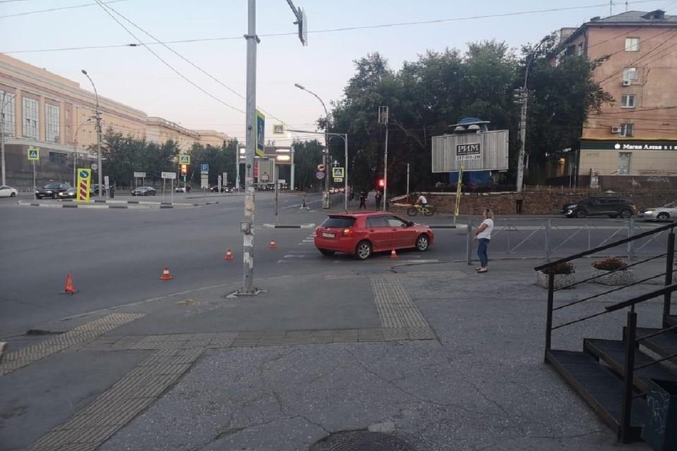 В Новосибирске «Тойота» сбила девушку, переходившую дорогу на зеленый свет. Фото: ГИБДД по Новосибирску.