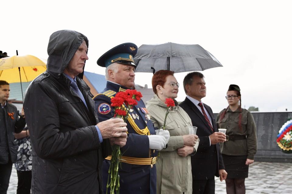 В закладке «капсулы времени» участвовали спикер областной Думы Оксана Козловская и глава Асиновского района Николай Данильчук.