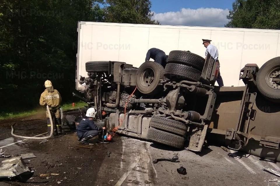 На месте аварии спасатели установили, что произошло столкновение двух грузовых автомобилей.