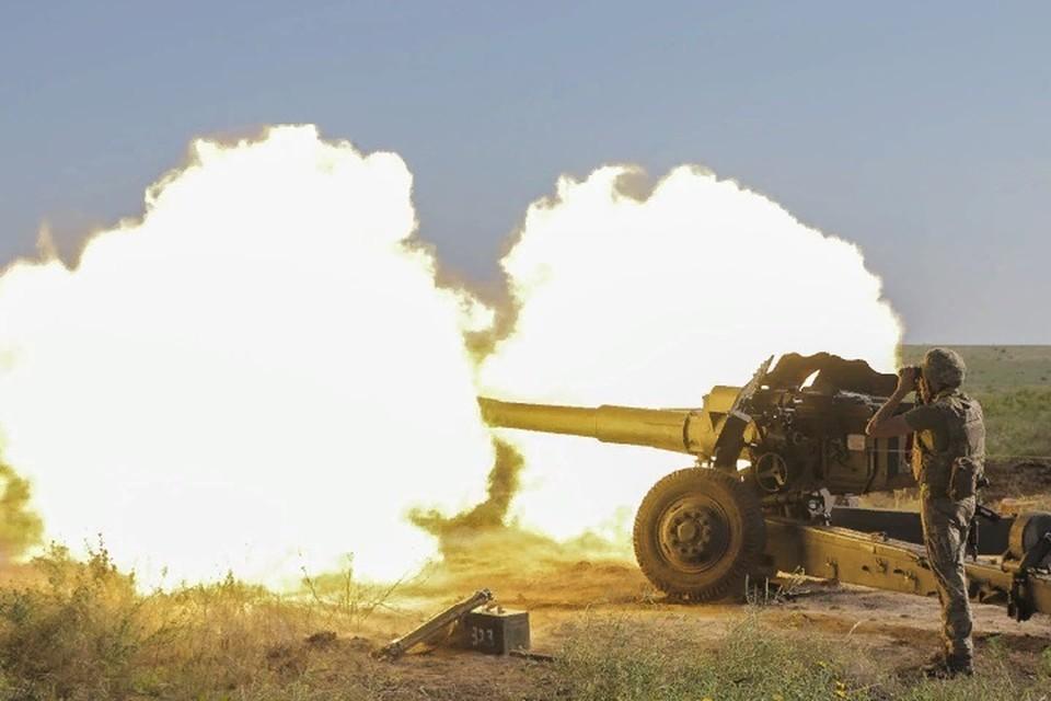 Украинские войска ведут огонь из 120-миллиметровых минометов и станковых автоматических гранатометов. Фото: штаб «ООС»