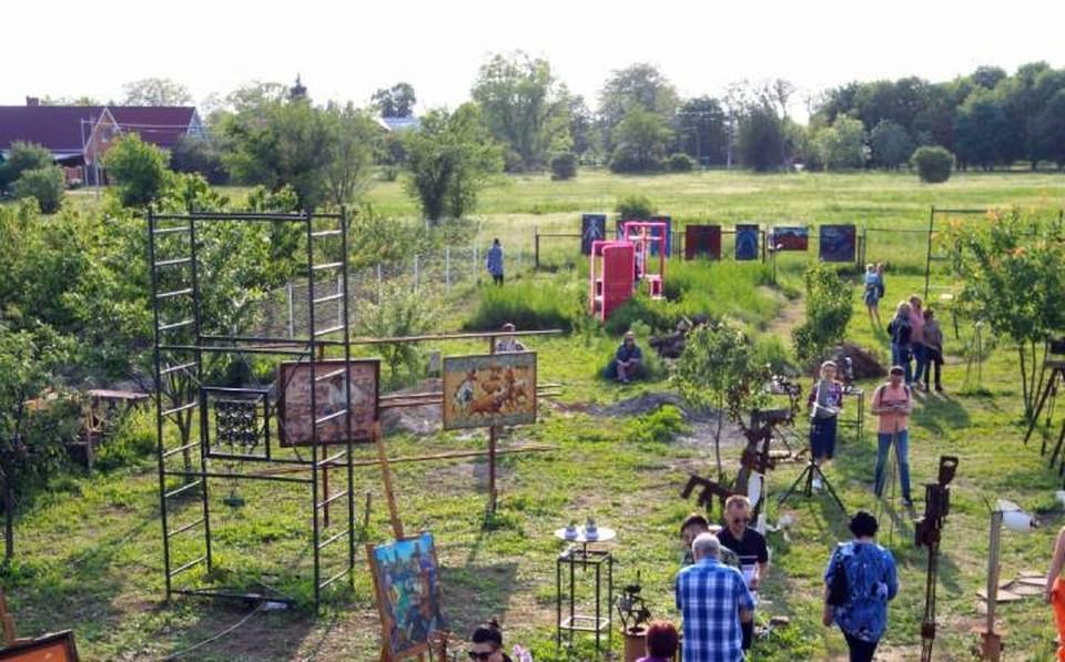 В селе в Азовском районе художественные выставки проходят прямо в поле. Фото: из архива героя публикации