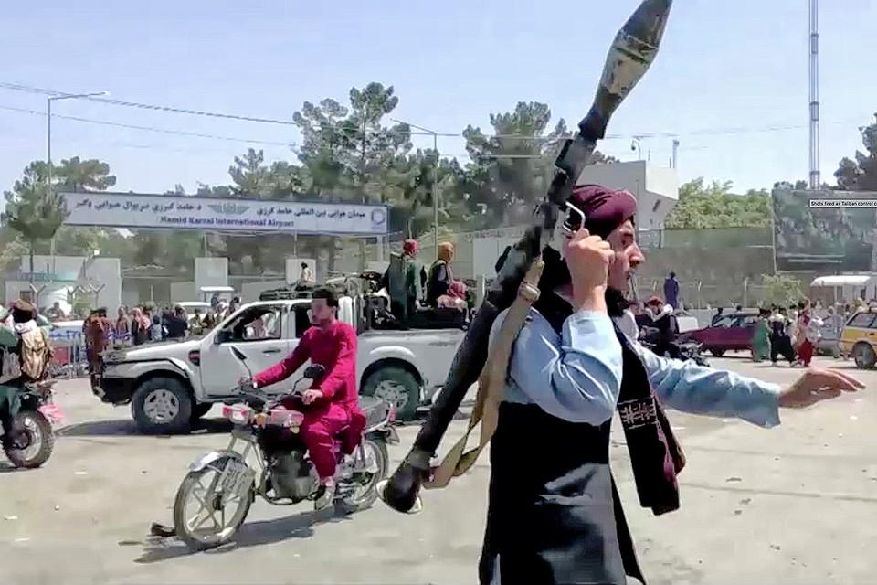 """Боец движения """"Талибан""""* наводит """"исламский порядок"""" в Кабуле с противотанковым гранатометом в руках."""