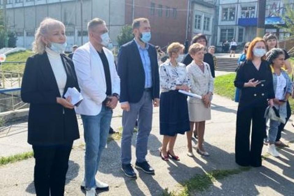 Александр Ведерников поздравил учеников и педагогов школы №1 в Черемхово.