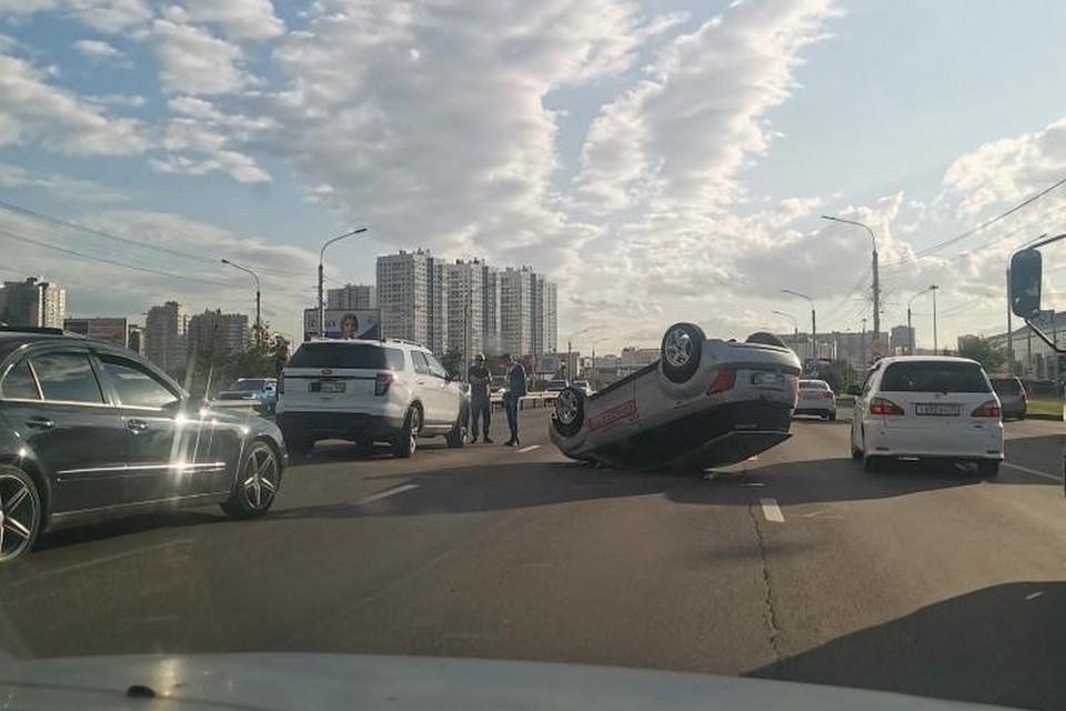В Красноярске иномарка перевернулась между «Лентой» и «Планетой». Фото: instagram.com/chp.kras/