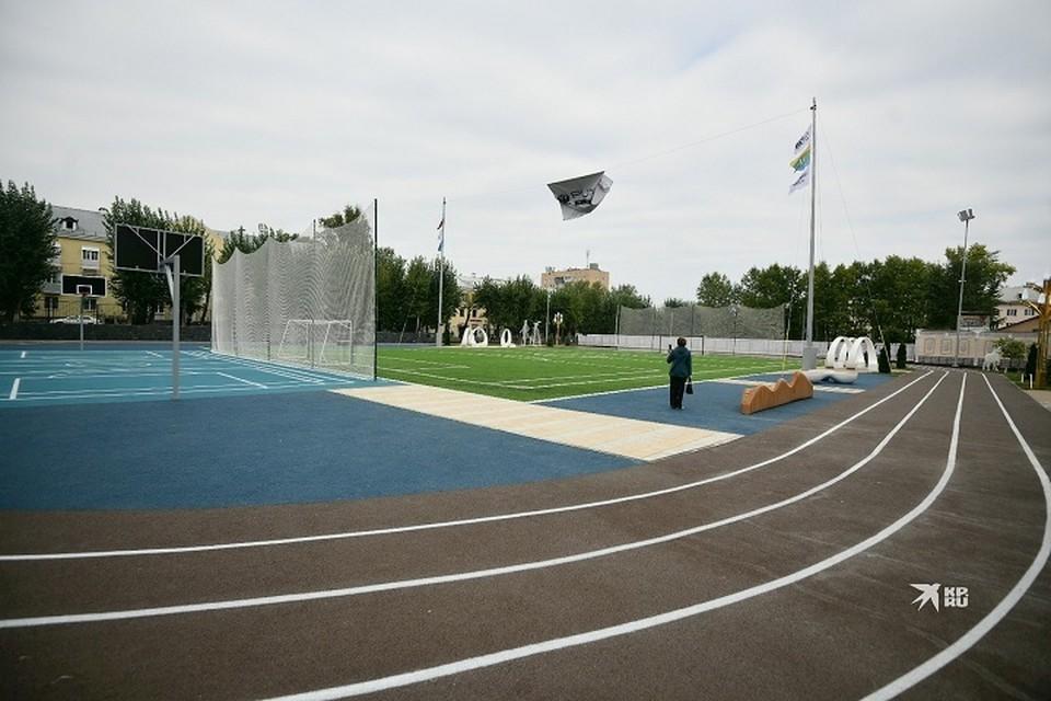 Помимо футбольного поля, на заднем дворе школы открыли новую баскетбольную площадку и газон для занятий гольфом
