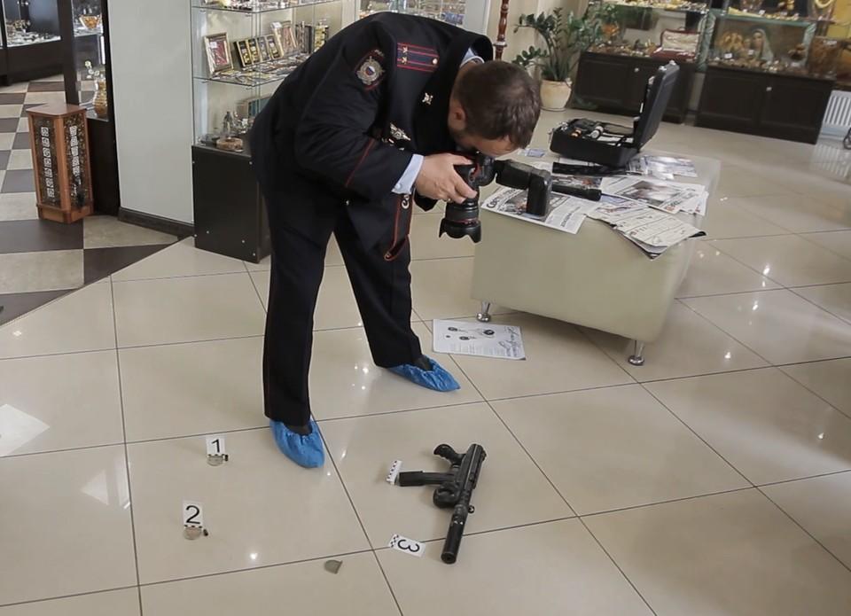 Работа эксперта-криминалиста на месте преступления выглядит примерно так.